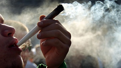 Smoking-a-marijuana-joint-in-Colorado-jpg_20161116120803-159532